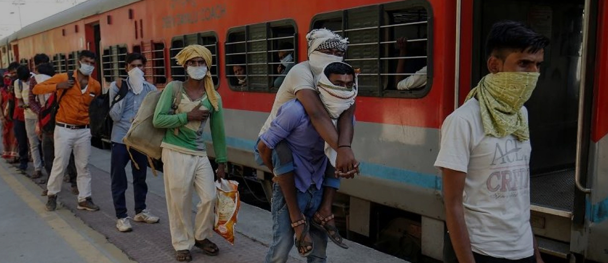 Indian Migrant workers protest to bring them to their states